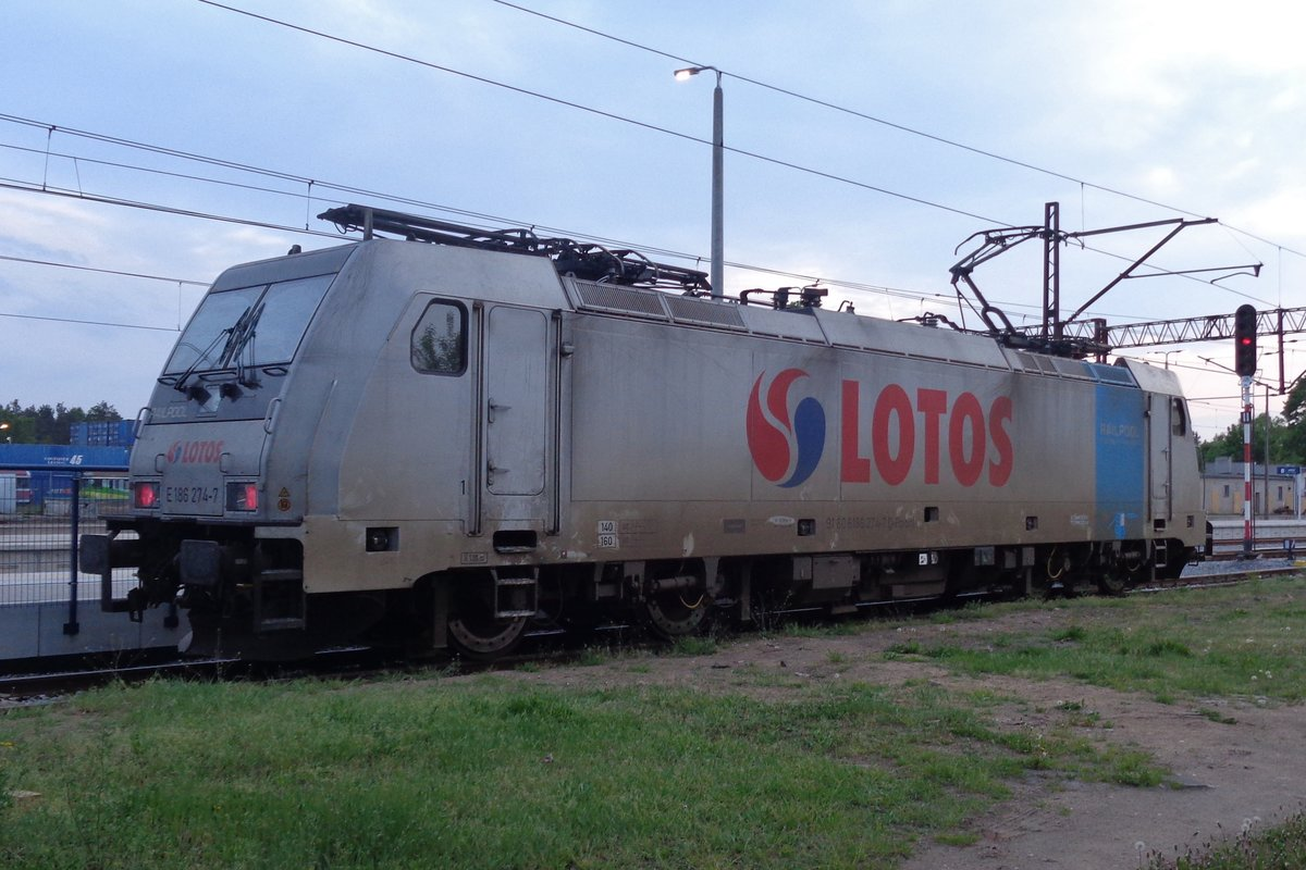 LOTOS Kolej 186 274 takes it easy at Rzepin on the evening of 2 May 2018.