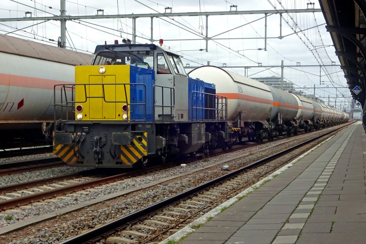 LPG tank train with CT 1506/275 714 stands in Nijmegen on 14 April 2020. Due to works on the direct track Eindhoven--Tilburg, this train -and her counterpart- had to accept a serieus detour via Nijmegen, where locos were swapped with a change of direction. The detour went via Venlo to Nijmegen (a Diesel traject) and Nijmegen Tilburg (electric track). Here, the swap is done and the Diesel prepares for het return visit on the non-electrified Maaslijn to Venlo.