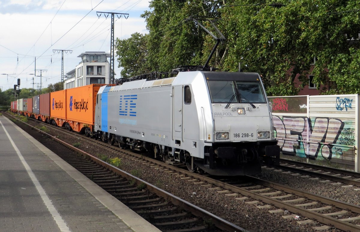 LTE 186 298 hauls a container train through Köln Süd on 24 September 2020.