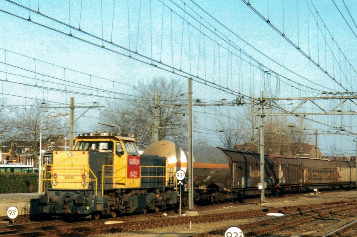 Mixed freight with 6432 at the reins passes through Dordrecht on 19 June 2003.
