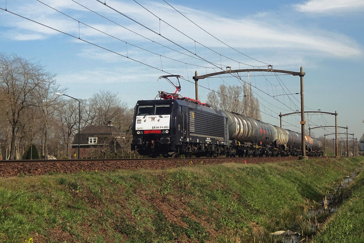 MRCE 193 093 hauls an eight tank wagons strong/short freight through Roond on 30 March 2021.