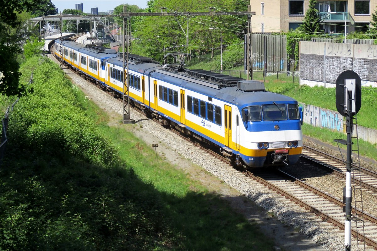 Near the Goffert Park at Nijmegen, NS 2124 passes the photographer on 5 July 2016.