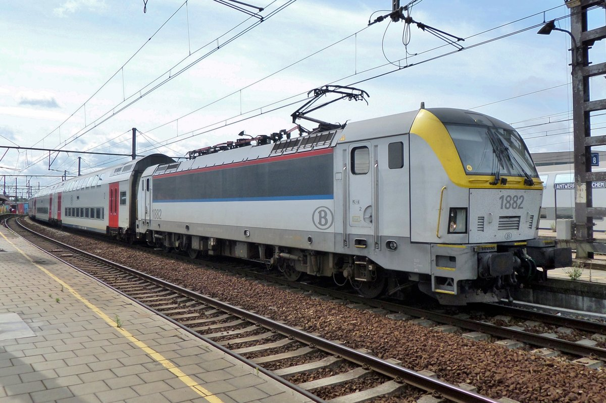 NMBS 1882 stands at Antwerpen-Berchem with an IC service Charleroi Sud--Essen on 29 JUne 2016.