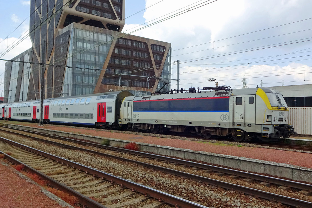 NMBS 1919 calls at Hasselt with an IC to Knokke on 22 May 2019.