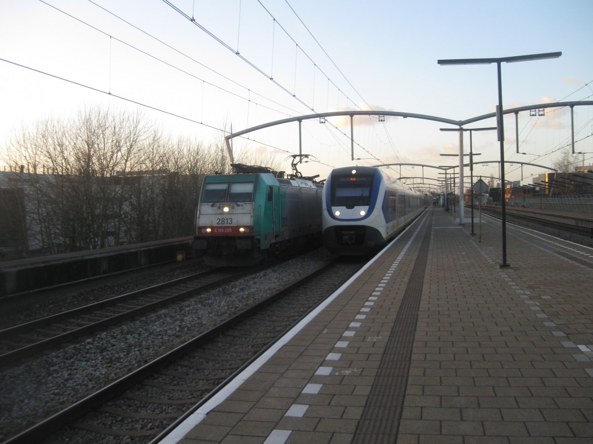 NMBS 2813/186-205 storms through Zwijndrecht with an Express for Brussels while a SLT 6-car set leaves as local train for Breda, 02/01/2015.