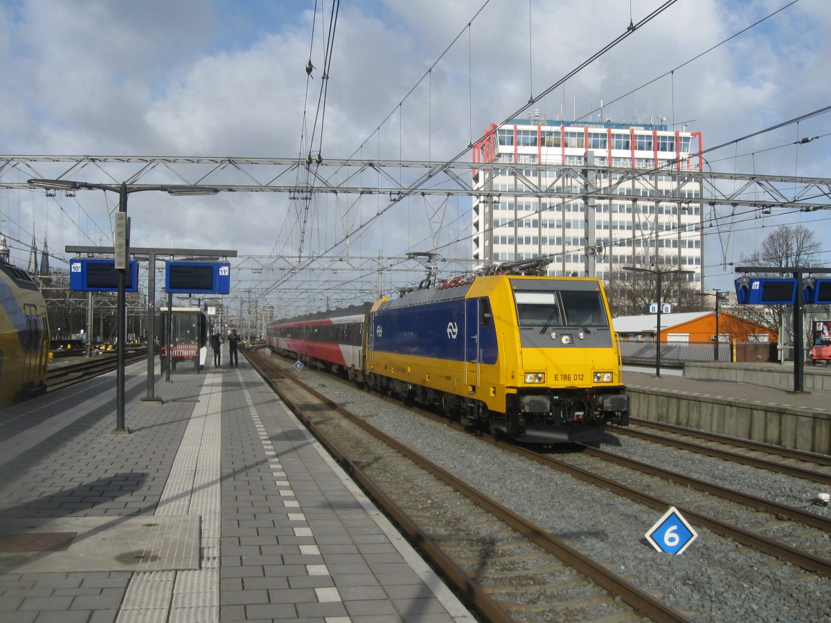 NS 186-012 enters Amsterdam CS with a train from Breda, 01/03/2015.