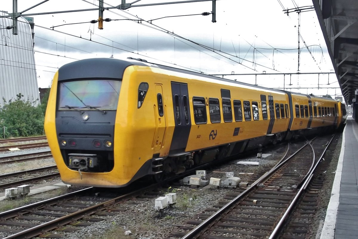 NS 3422 leaves Hengelo on 8 September 2015 in her last year of service.