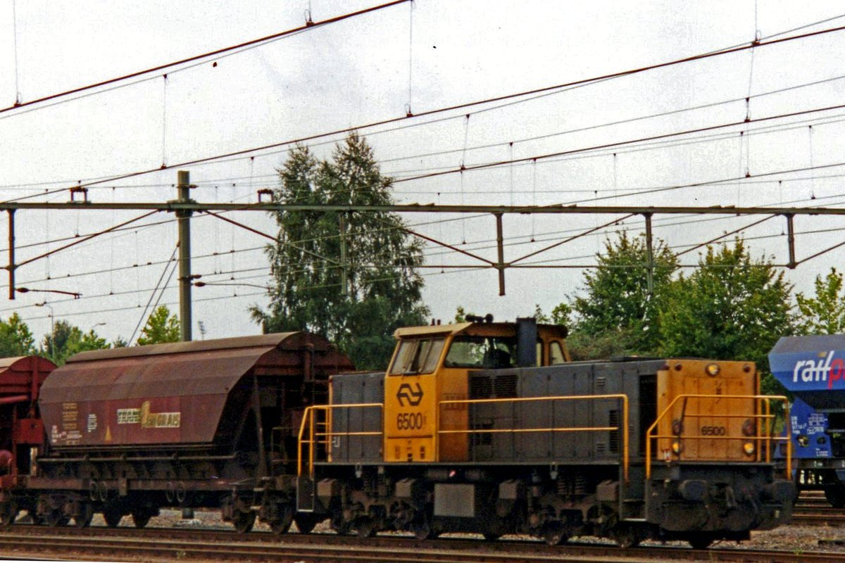 NS 6500 shunts some cereals wagons at Sittard on 31 July 2000.