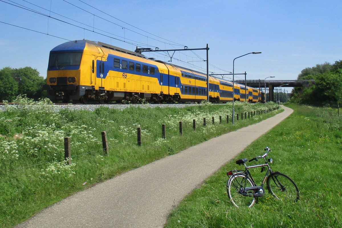 NS 7631 passes Niftrik, the photographer and his bycycle on 17 May 2017.