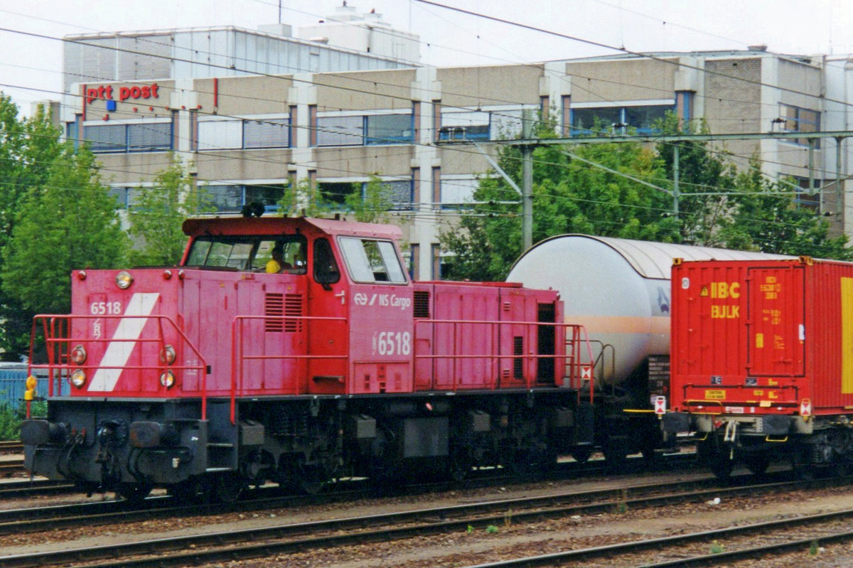 NS Cargo 6518 shunts on 21 July 2000 in Sittard.