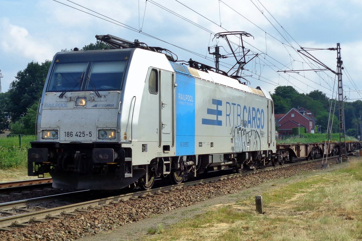 On 10 June 2018 RTB 186 425 enters Venlo with a completely empty container train.