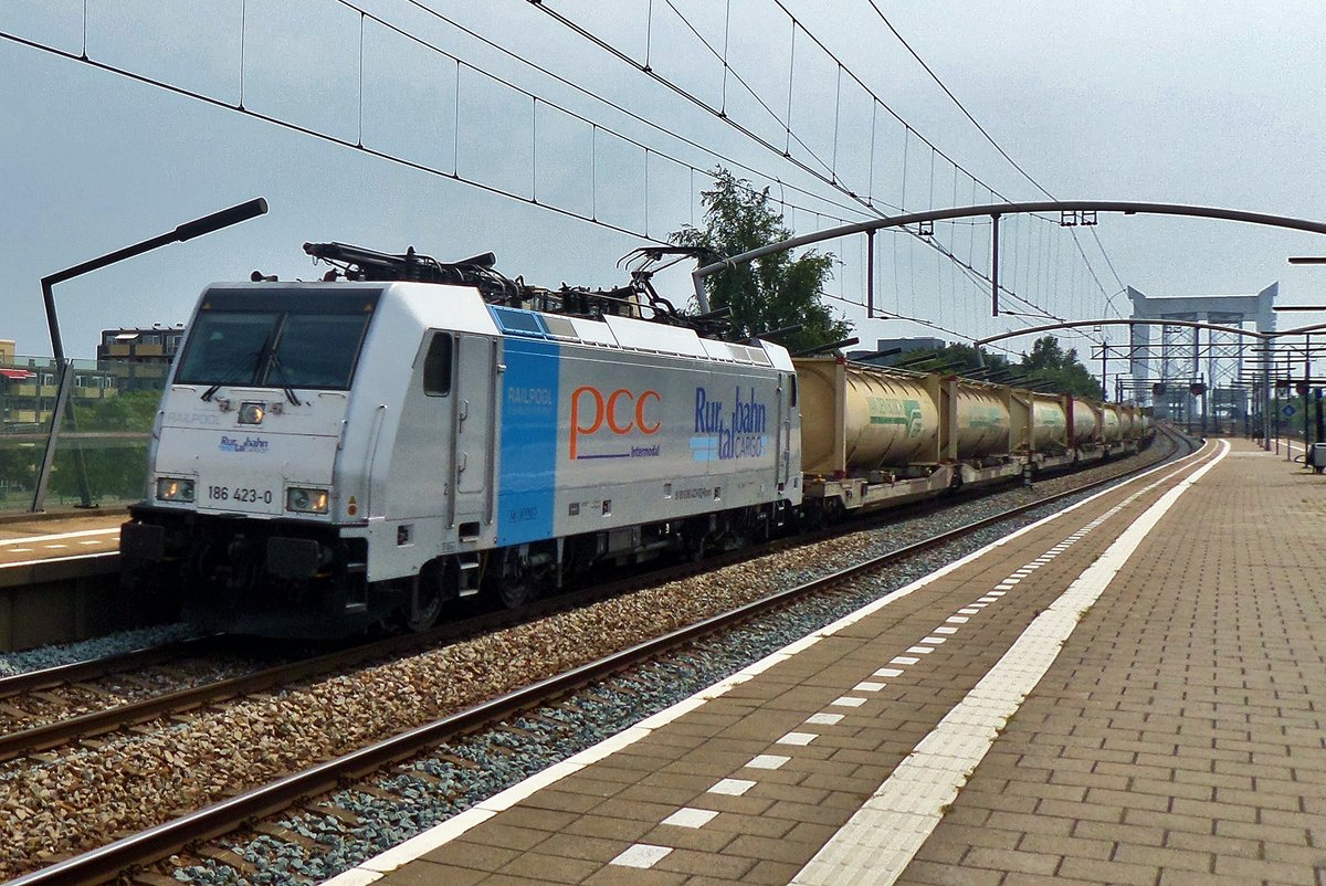 On 16 July 2016, RTB 186 423 hauls a tank container train through Zwijndrecht (NL).