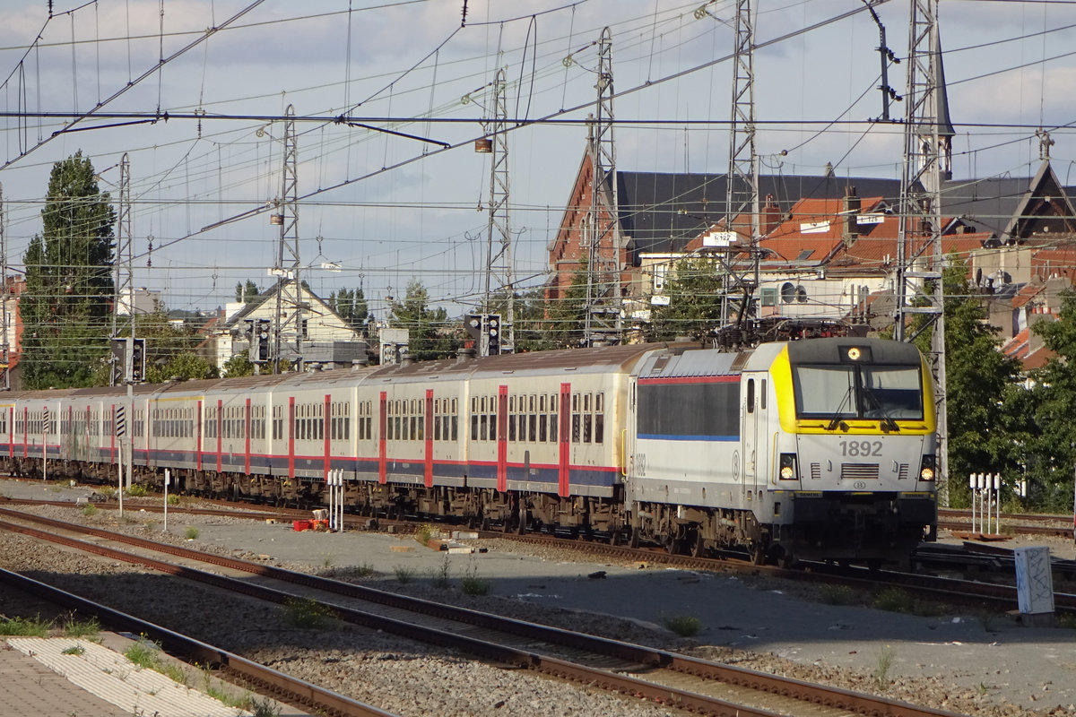 On 19 September 2019 NMBS 1892 hauls a peak hour train into Bruxelles-Misi.
