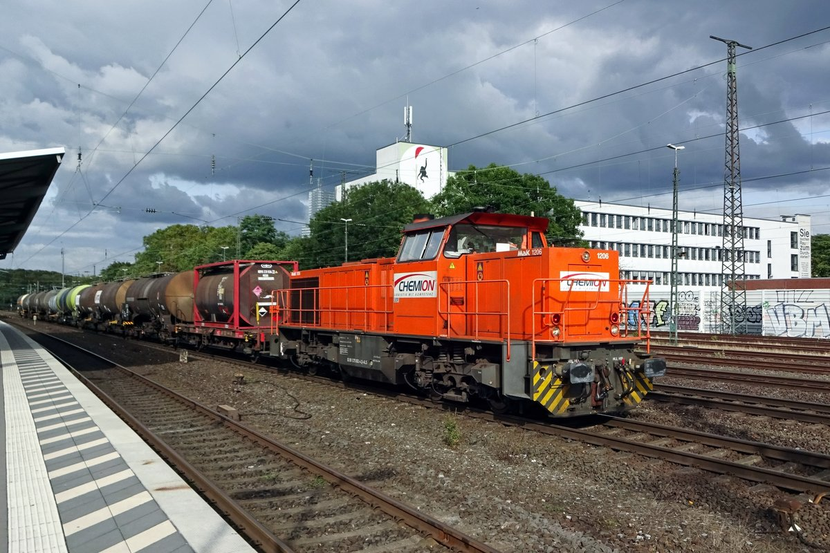 On 23 September 2019 Chemion 275 102 hauls an intermodal service through Köln West.