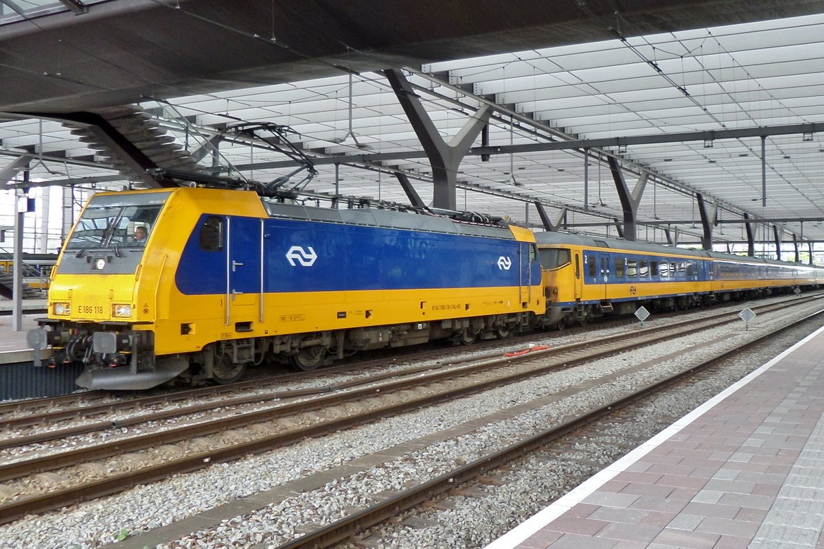 On 26 March 2017 NS 186 118 calls at Rotterdam Centraal.