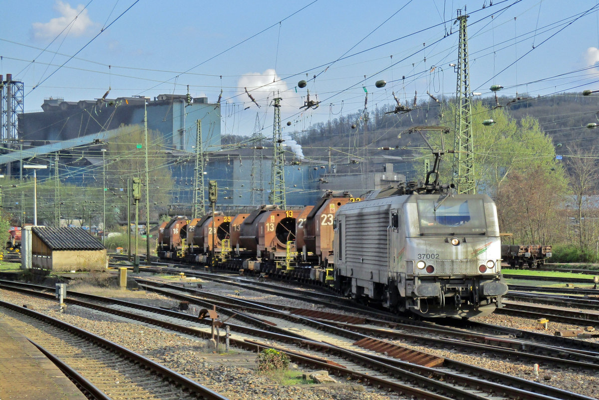 On 27 March 2017, SNCF 37002 'Marathon' shuttles with molten steel wagons (Torpedowagen in decent German) to and from Völklingen. Here she leaves Völklingen with such a train.