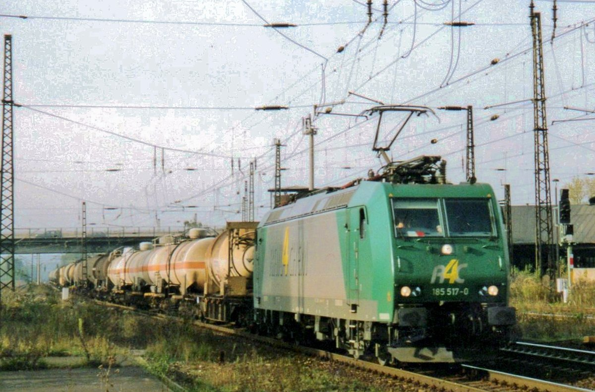 On 4 September 2005 R4C 185 517 hauls a train with sulphuric acid through Naumburg (Saale).