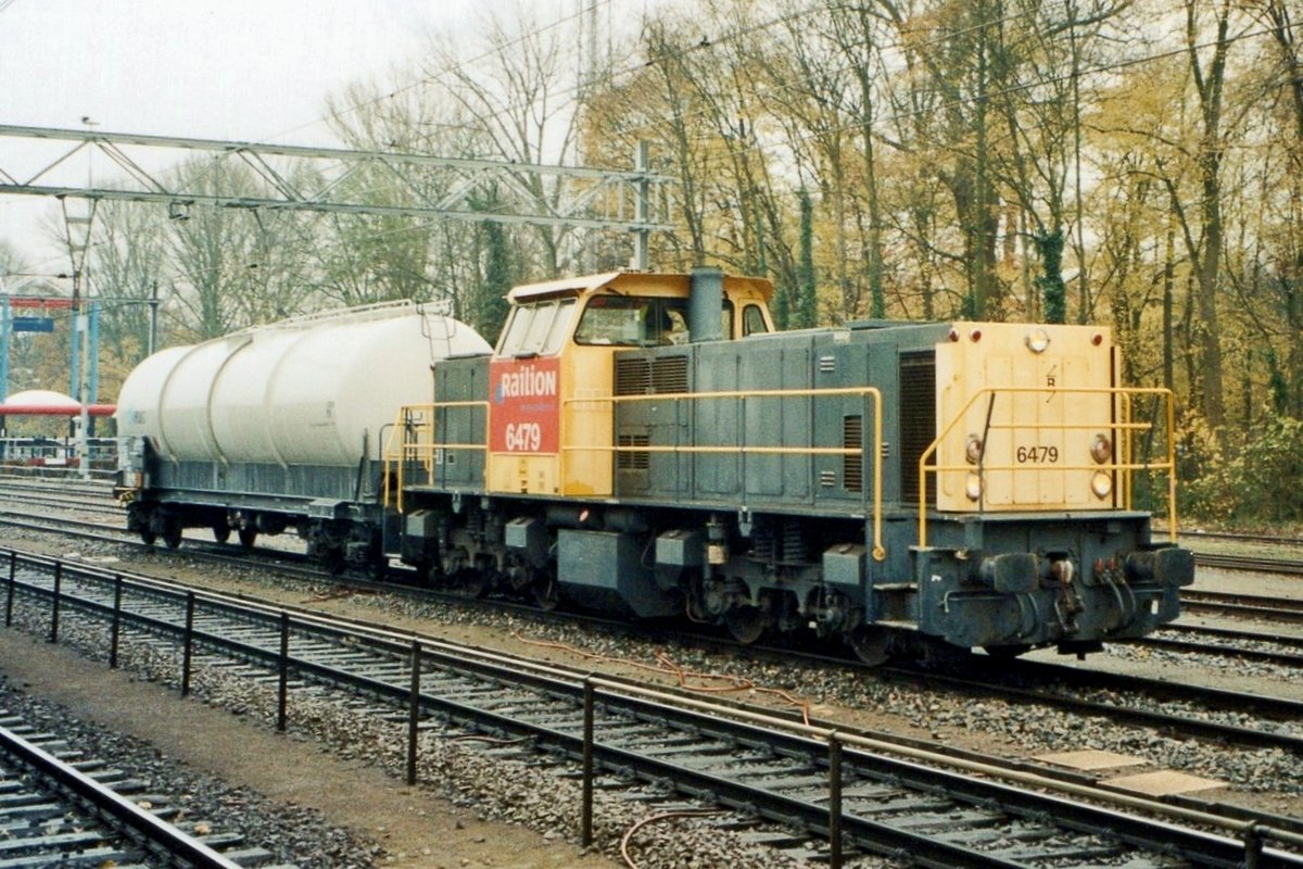 On 7 July 2006 one cement wagon is shunted at Dordrecht by 6479.