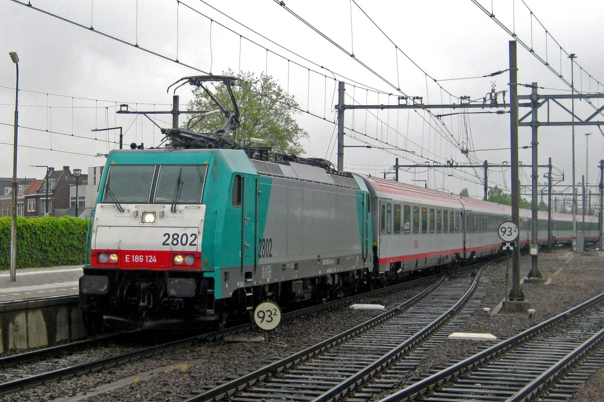 On a rainy 3 July 2012 CoBRa 2802 enters Dordrecht Centraal with an IC-Benelux, existing of rented ÖBB stock.