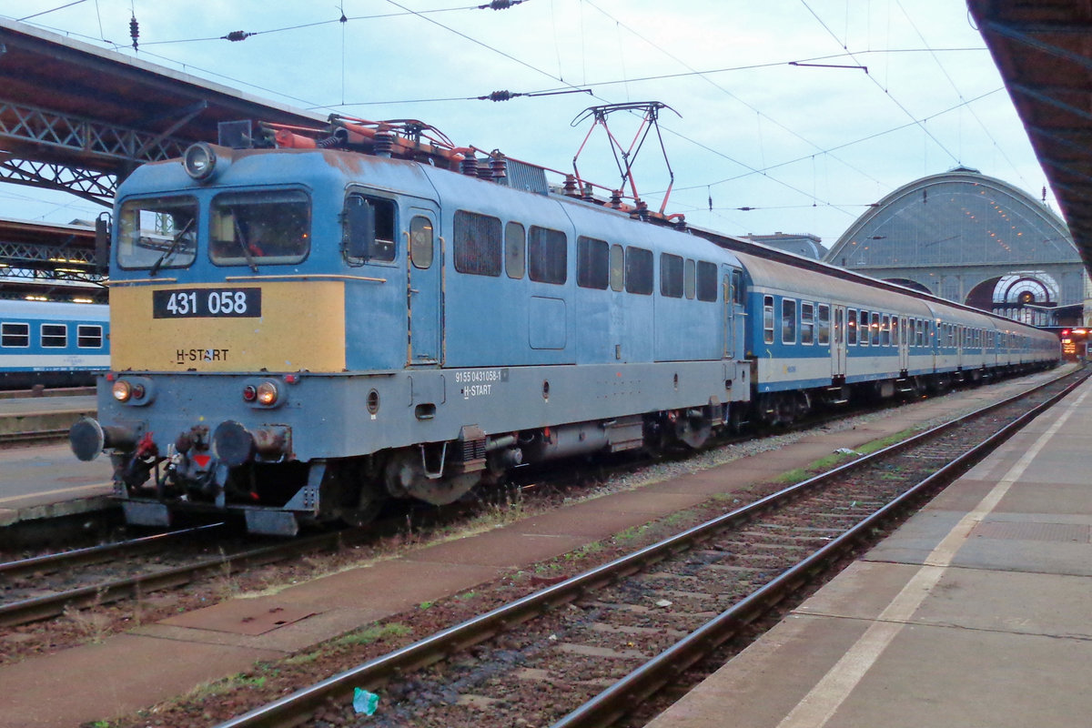 On the evening of 10 May 2018, MAV 431 058 gets ready for departure at Budapest-keleti.