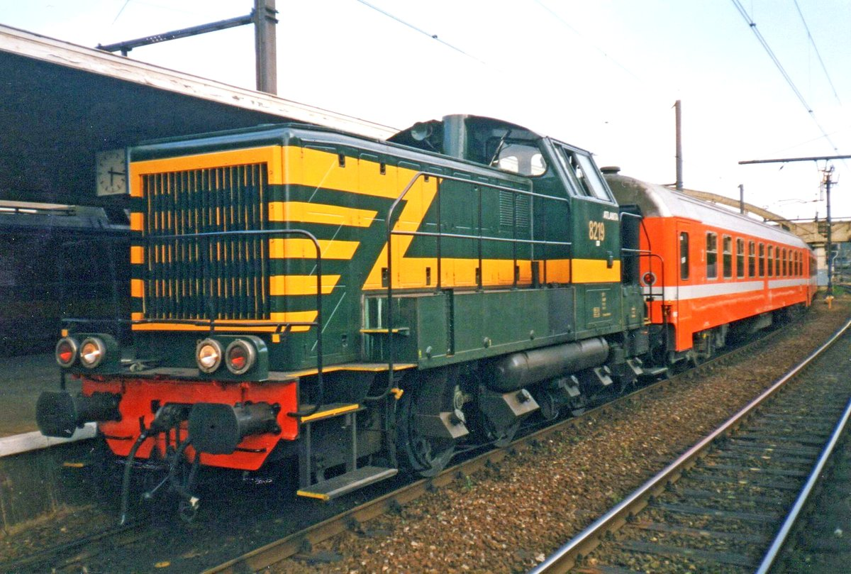 On the evening of 13 July 1999 shunter 8219 'ATLANTA' is active in Liége-Guillemins.