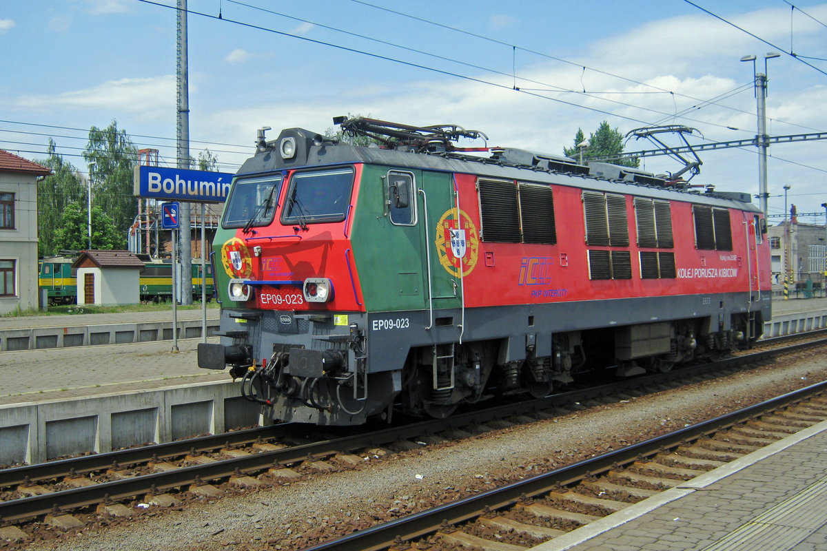 PoPoBo: Polish EP09-023 wearing the Portuguese flag during the UEFA-2012 advertisement campaign, is about to get coupled to EuroCity JAN SOBIESKI at the Czech border station of Bohumin on 30 May 2012.