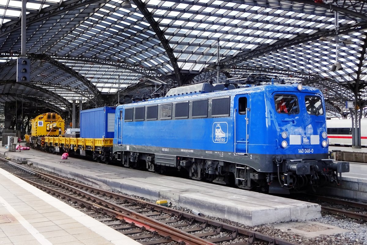 PRESS 140 046 stands on 8 June 2019 at Köln Hbf with an engineering train.