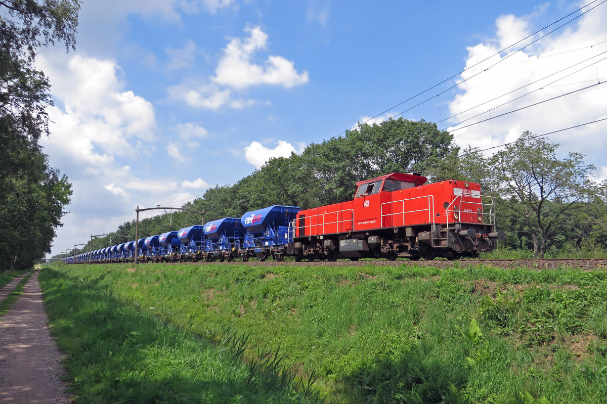 Red and blue: 6421 hauls an enginering train through Tilburg Oude Warande on 19 July 2020.
