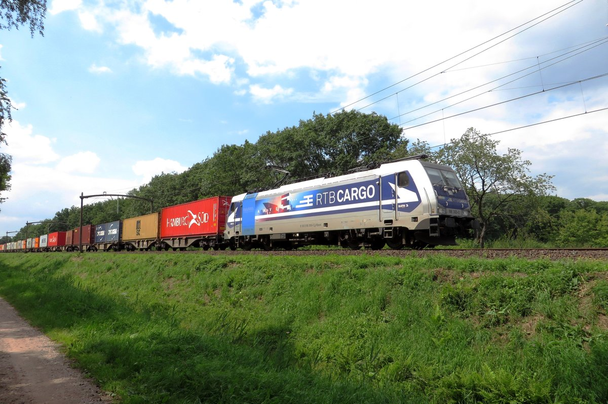 RTB 186 300 hauls the intermodal Blerick-shuttle through Tilburg Oude Warande on 19 July 2020.