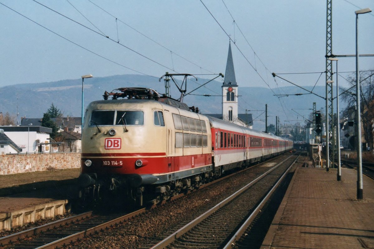 Scanned photo of 103 114 passing through Oberwesel on 15 March 1996.