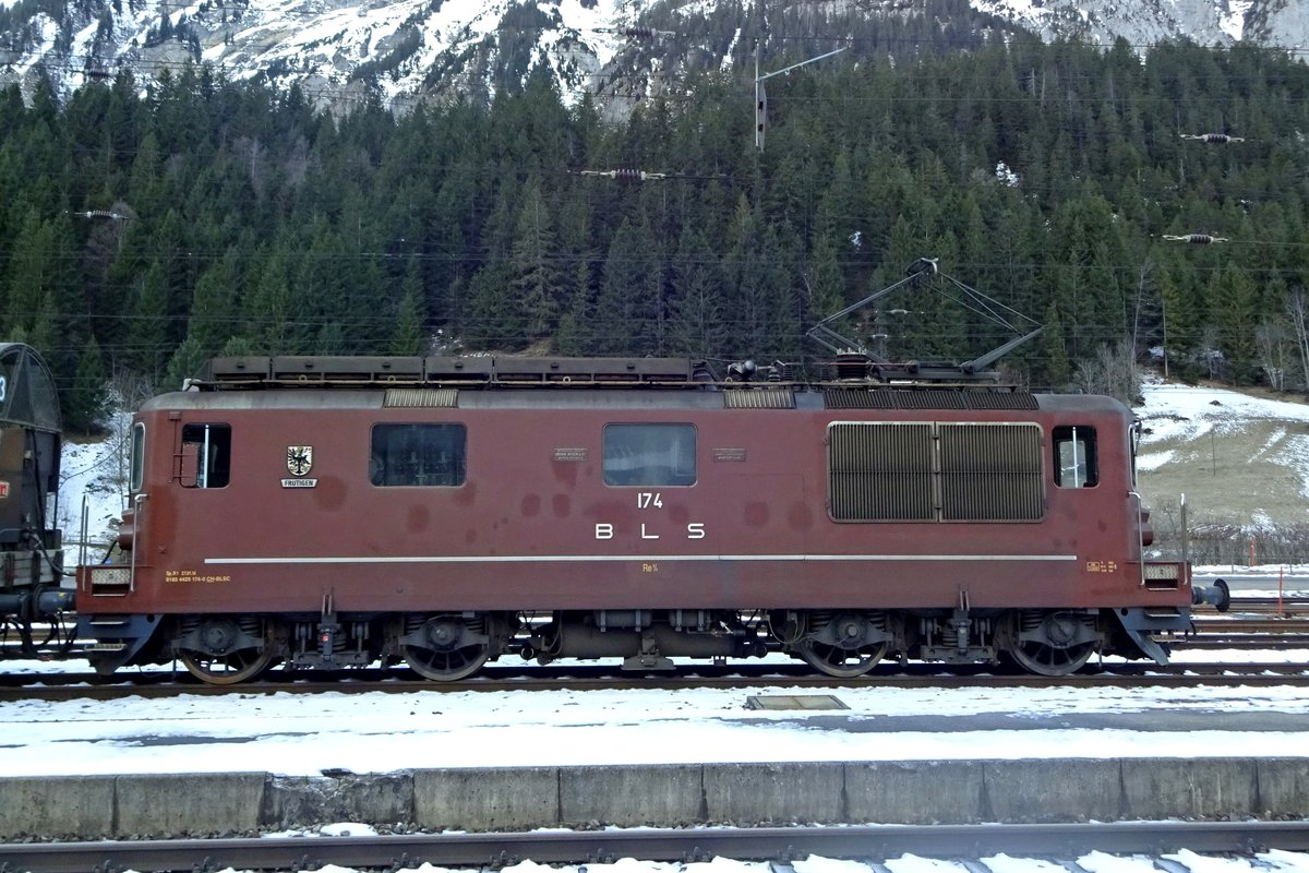 Side view on BLS 174 at Kandersteg on 2 January 2020. Once the mainstay of the BLS locomotive traction, these engines are now in the very twilight of their carreer, so anyone wishing to take a picture of these locos is advised to take out the cameras now.