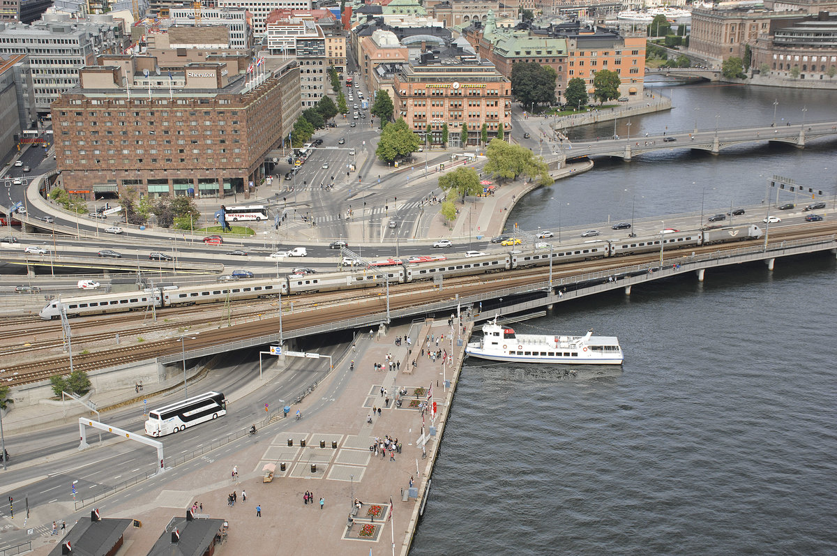 SJ X 2006 between Norra Järnvägsbron and the Centralstation (main station) in Stockholm. Date 25. Juli 2017. The foto was taken from the City Hall Tower.