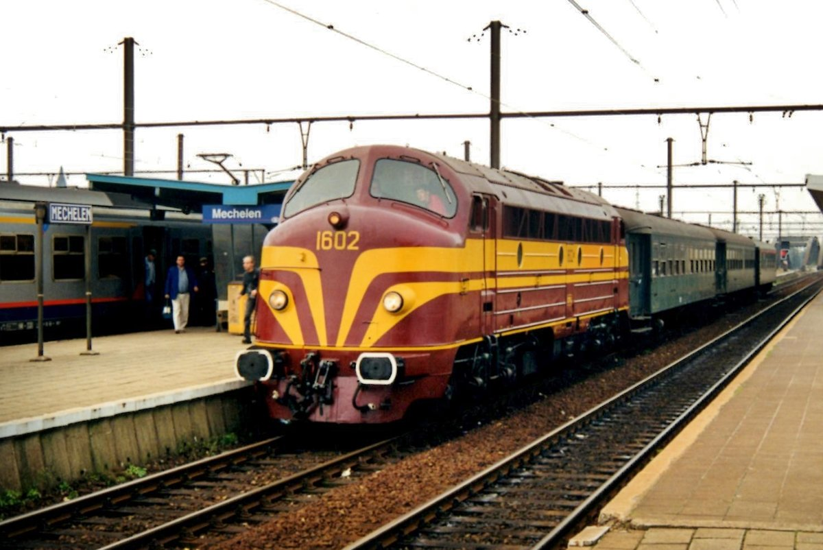 Special train with ex-CFL 1602 at the reins calls in Mechelen on 25 August 1994. This enige was supposed to be NMBS/SNCB 202.020 when ordered by the Belgian railways in 1954, but was transferred to the Luxembourgian railways CFL as a part of a batch of the Belgian order. After retirement, belgian railway preservation society PFT=TSP bought the engine and resorted her back to 202.020 -a number, she actualle never carried, but would have done so but for the CFL order.