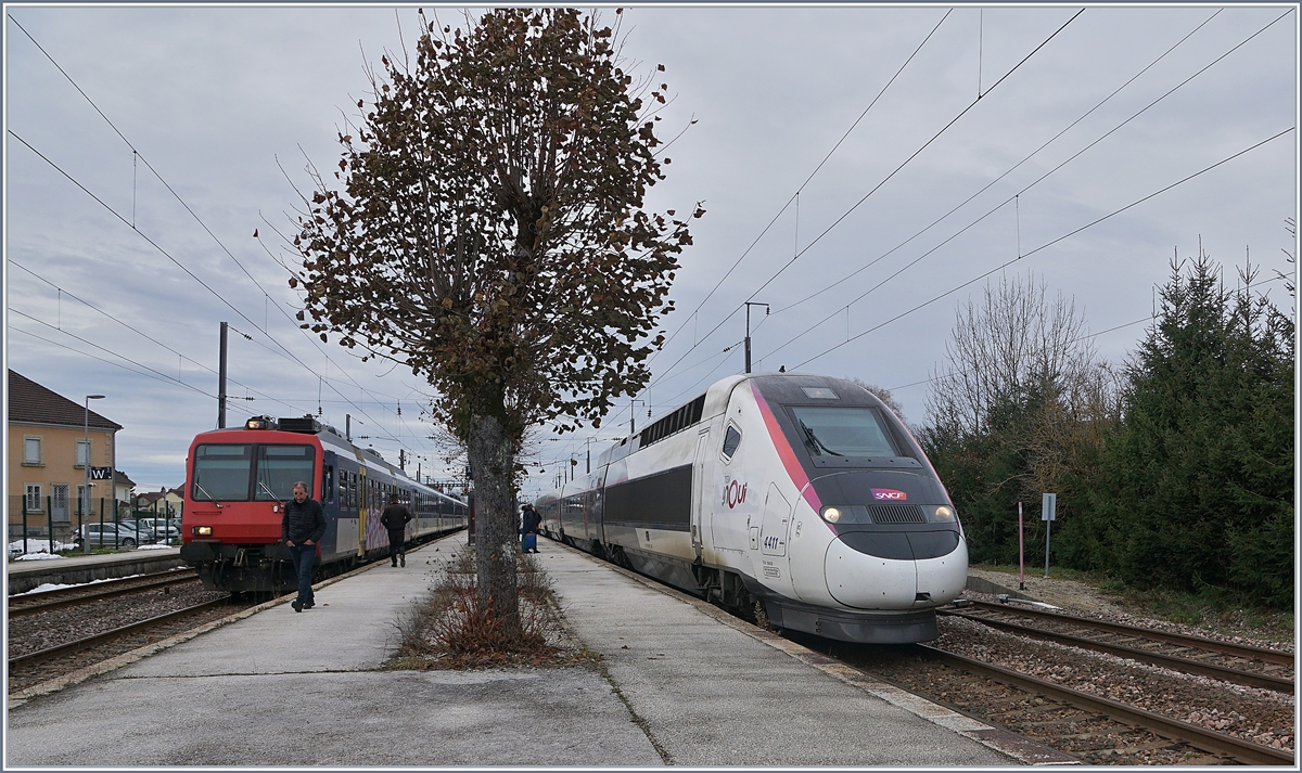 TGV Lyria to Lausanne and a SBB NPZ RBDe 562 to Neuchatel in Frasne.