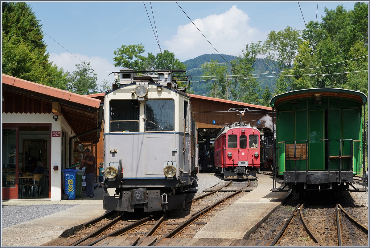 The ABFe 2/4 N° 10 and the RhB ABe 4/4 n° 35 by the B-C in Chaulin.