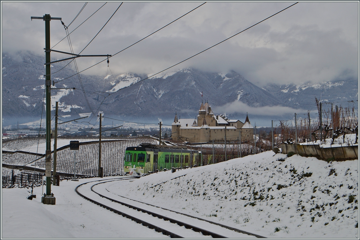 The ASD BDe 4/4 402 wiht his Bt on the way to Les Diablerets by the Castle of Aigle.