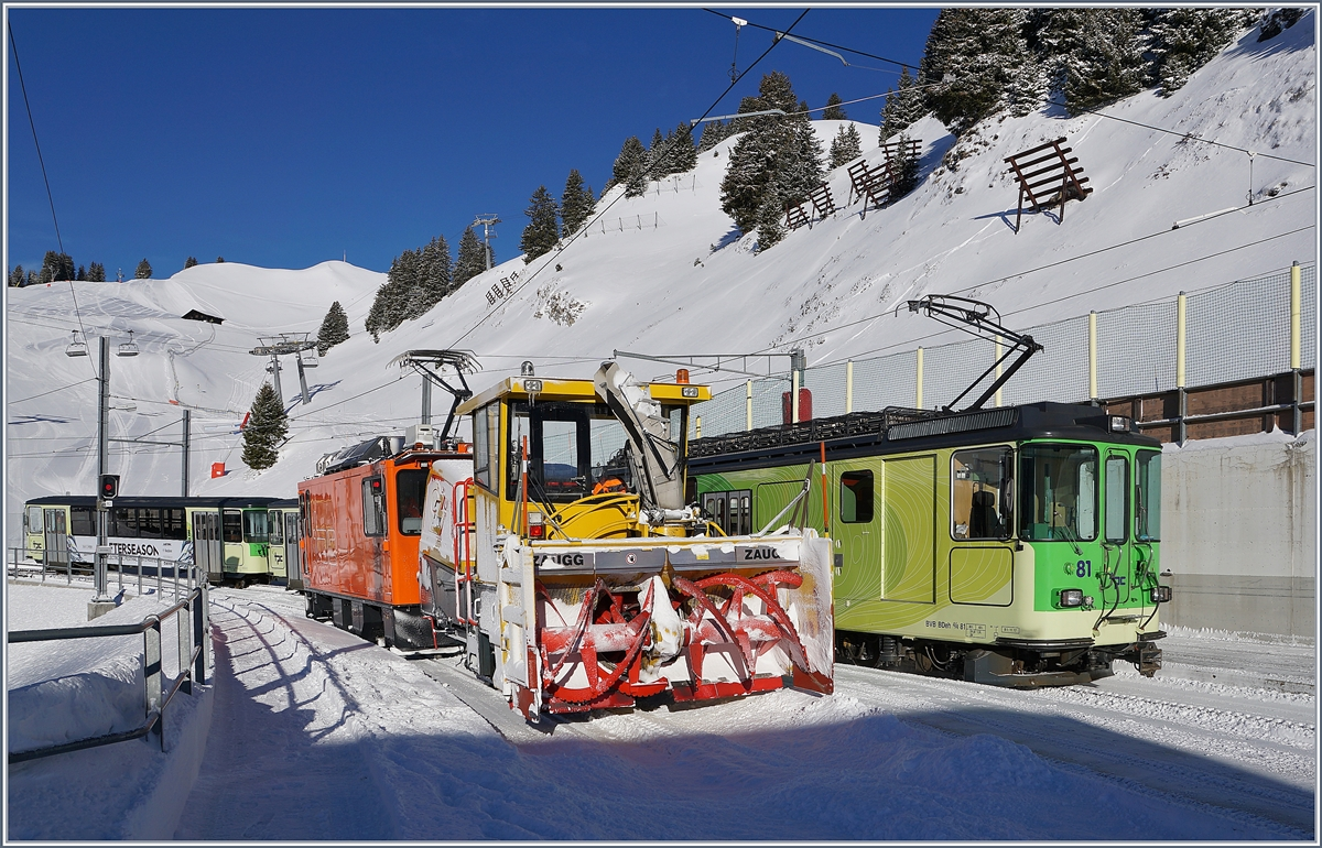 The BDe 4/4 81 is leaving the Col-de Bretaye Station. On the Plattform 2 is waiting the TPC HGem 2/2 943 wiht his Xrot. 
