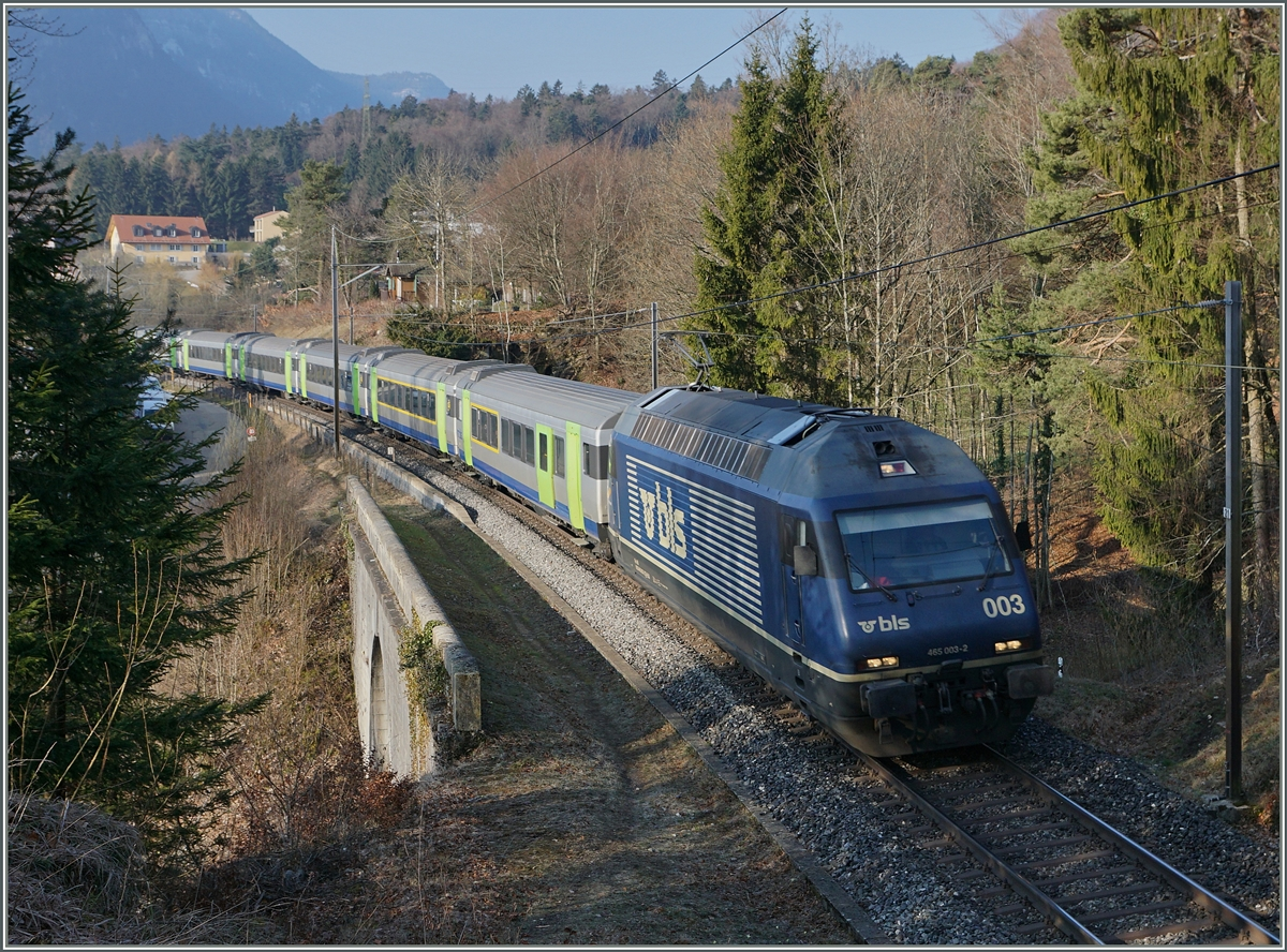 The BLS Re 465 003-2 wtih an RE on the way to La Chaux de Fonds near Chambrelien.