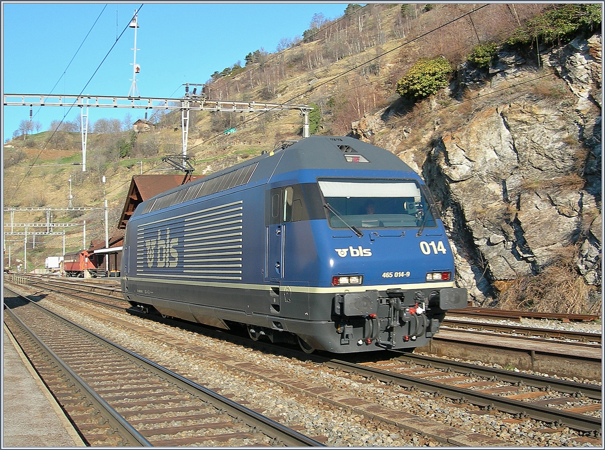 The BLS Re 465 014 in Ausserberg.