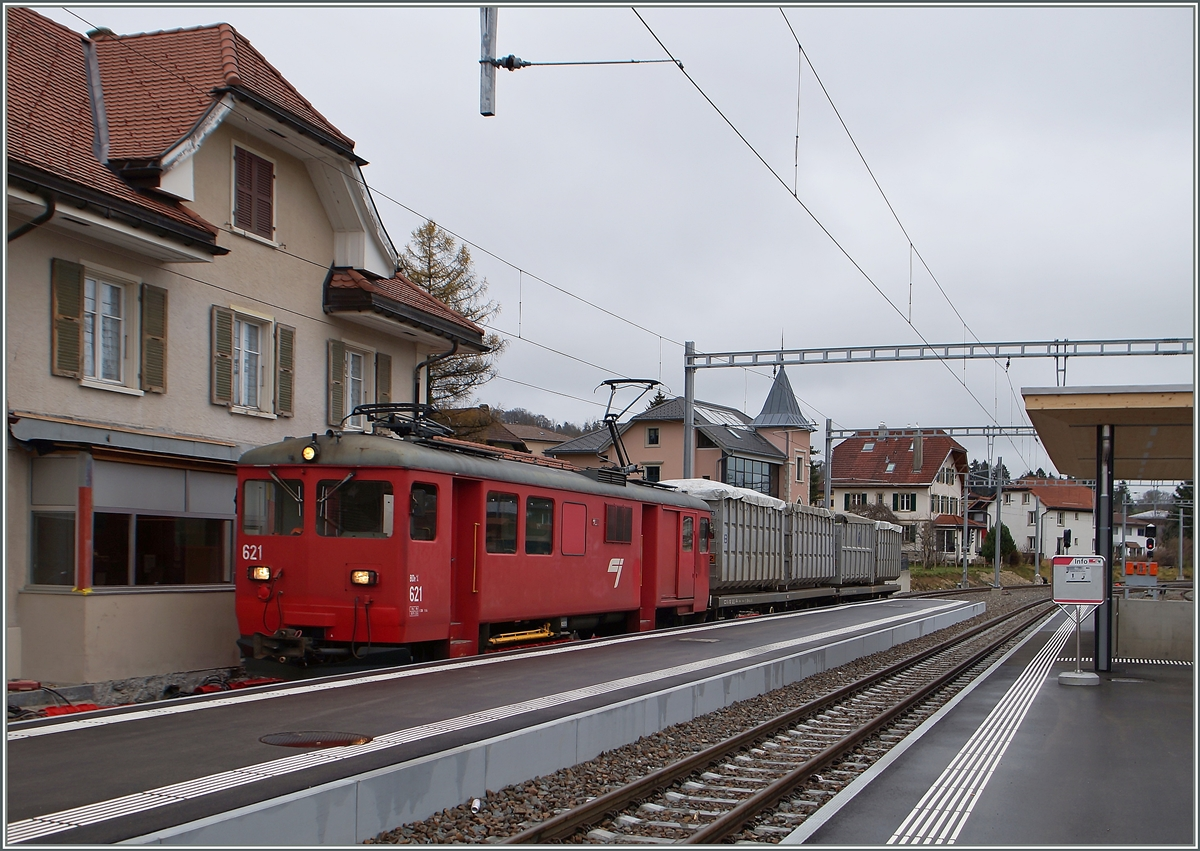 The CJ BDe 4/4 621 with a Cargo train in Le Noirmont. 