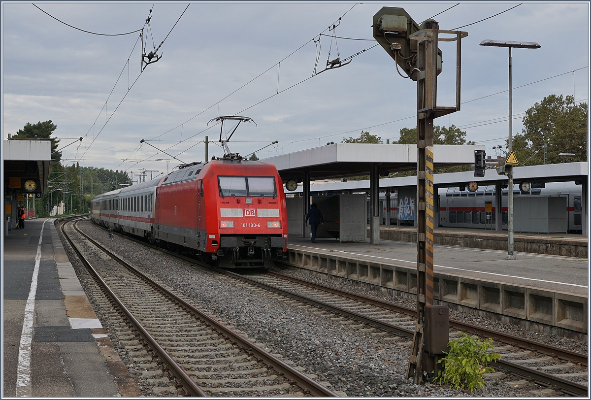 The DB 101 100-6 with an IC in Radolfzell. 