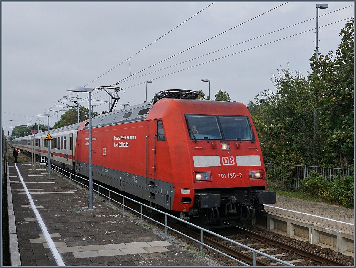 The DB 101 135-2 with an IC to Binz is arriving at Ribnitz Dammgarten West.