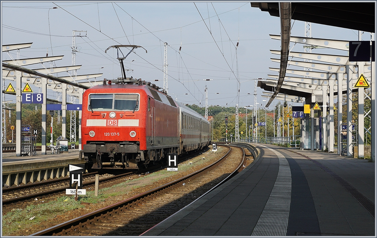 The DB 120 137-5 with an IC in Rostock Main Station. 