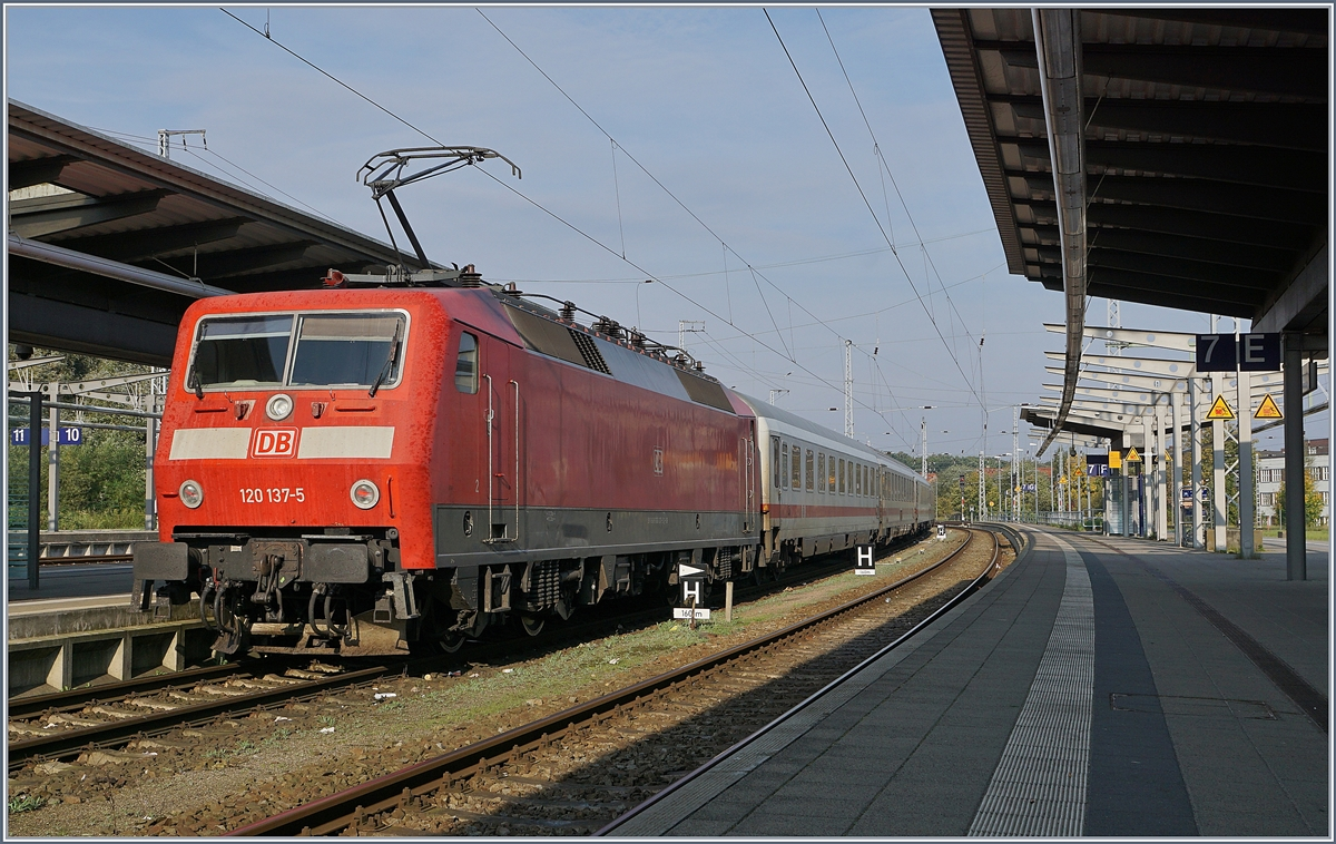 The DB 120 137-5 with an IC in Rostock.