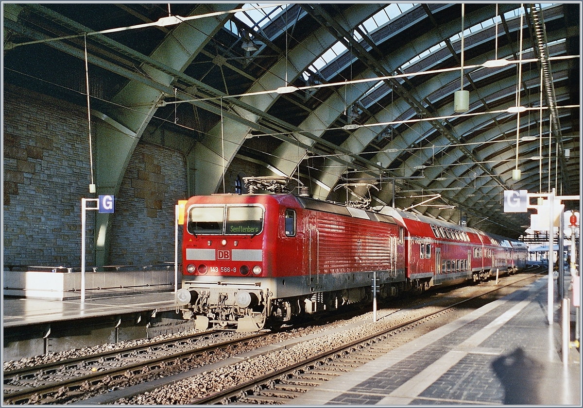 The DB 143 566-8 wiht an RB to Senfenberg by his stop in Berlin Ostbahnhof. 
