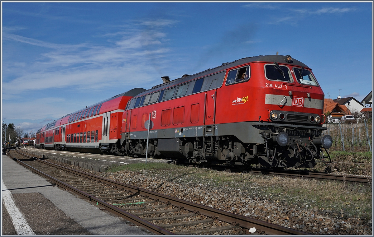 The DB 218 432-3 with a RE to Lindau in Nonnenhorn.
