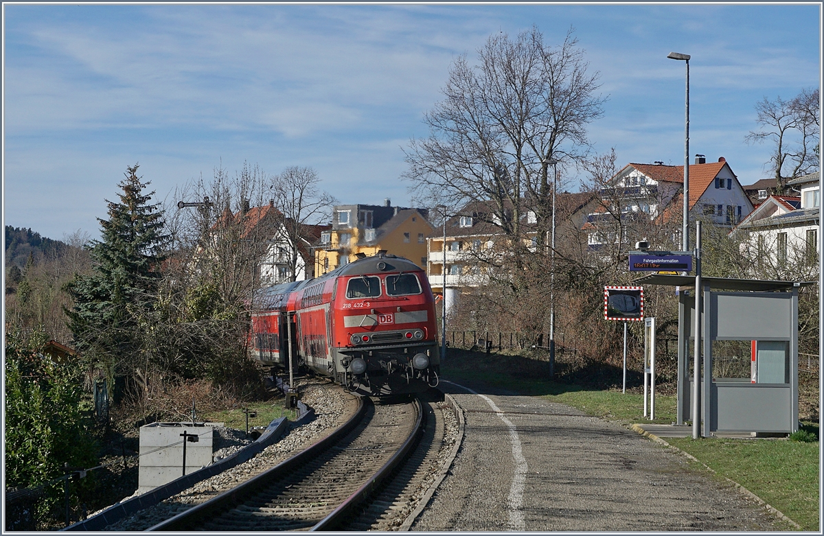 The DB 218 432-3 with a RE in Lindau Aeschbach.