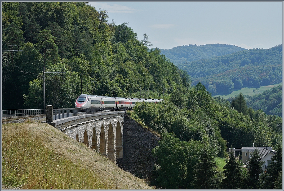 The EC 52 from Milano to Frankfurt on the Rümlinger Viadukt (Alte Hauenstein Line).