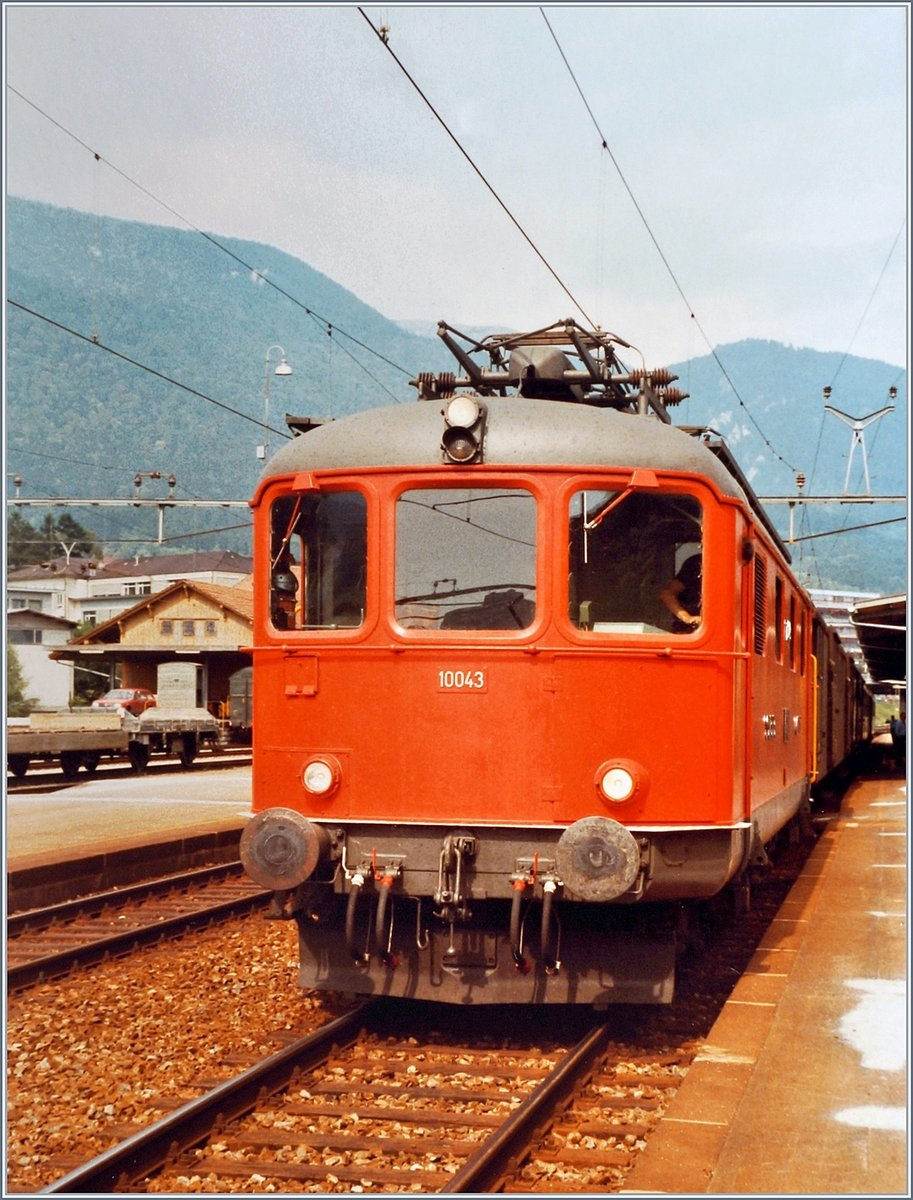The first Re 4/4 I in red: the SBB Re 4/4 I 10043 in Grenchen Nord.