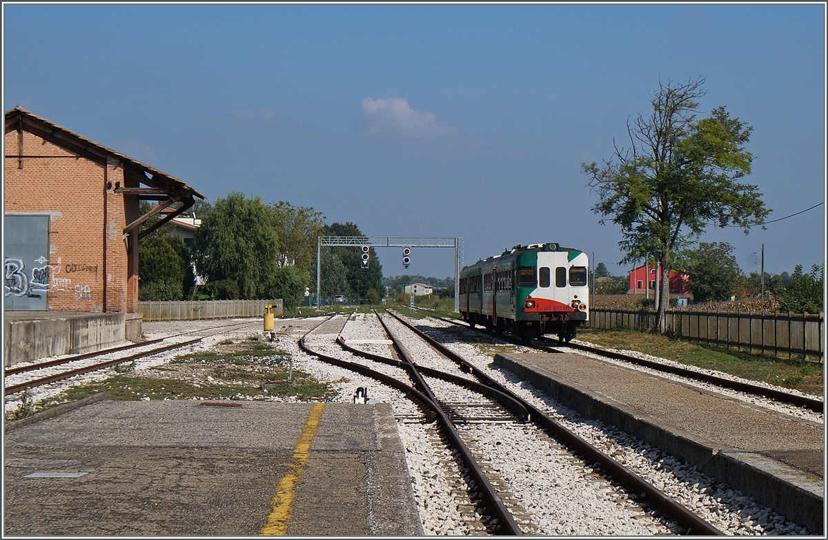 The FRE Aln 668 1015 and a Ln are arriving at Brecello.